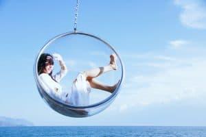 vrouw in glasbubbel